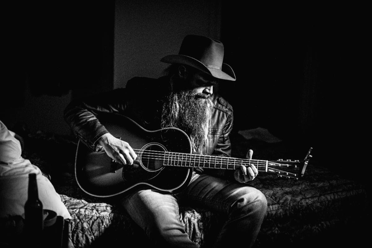 Real Roots Cafe: Ward Davis – Black Cats And Crows